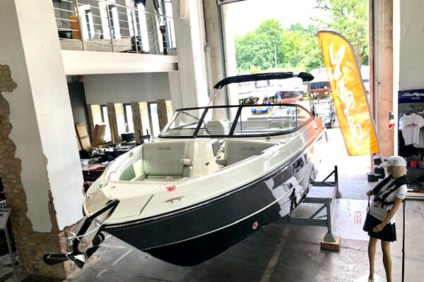 Sea Ray SLX 250 8,2 MAG 430 PS BRAVO IIIx MODELLJAHR 2021 SOFORT LIEFERBAR