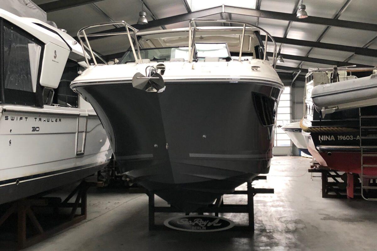 Sea Ray 320 Sundancer Diesel Liefertermin Juni 2021 MEGA VOLLASUSTATTUNG Rumpf Black- komplett in schwarz, Polsterung: Dune – Beige mit dunkelbraunem Akzent 2 x DIESEL 270 PS mit Axius JOYSTICK System Boot Ordernummer: 2460708